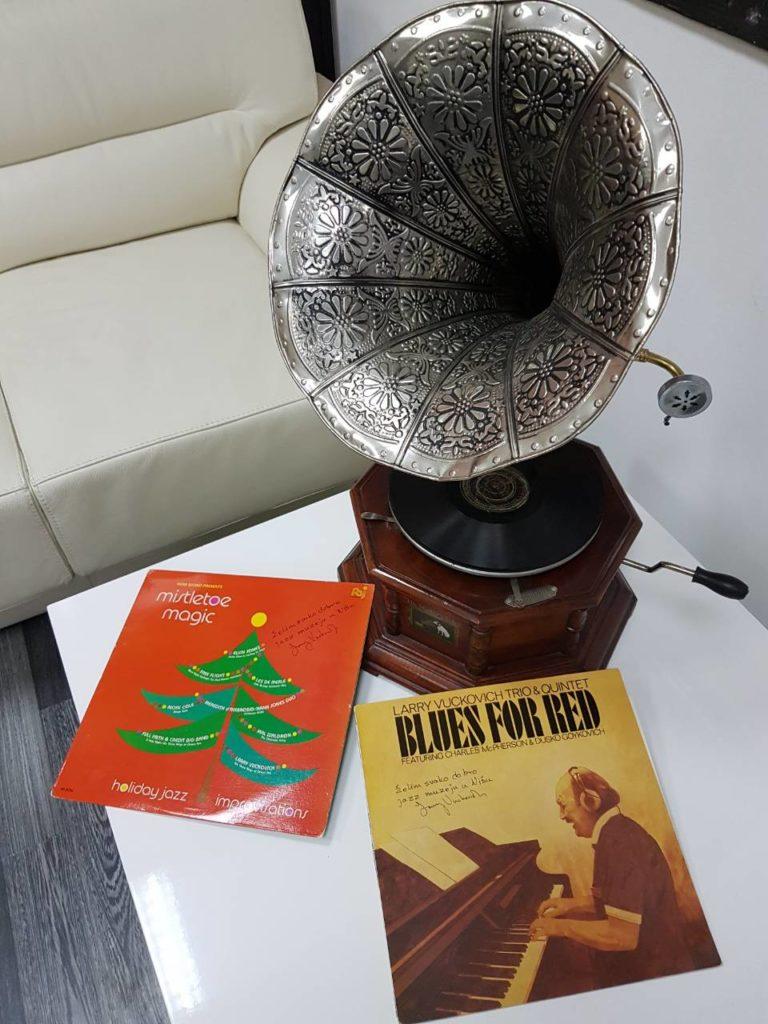 LP izdanja Lary Vuckovica i edisonov grqamofon - eksponati-muzej